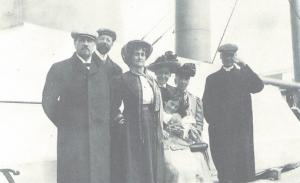 De gauche à droite, Amédée Bouchard, beau-frère, Louis-Philippe Demers, Joséphine Bouchard, sa femme, ainsi que des compagnons de voyage le 26 juin 1909 sur le bateau à destination de l'Europe. Après Londres et Paris, ils visitèrent Dieppe et Mers, lieux d'origine de la famille.
