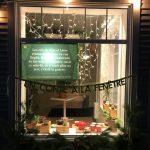 Sutton accroche un conte de Noël dans ses vitrines